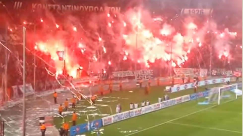 El lanzamiento de bengalas obliga a suspender el partido.Estadio del Paok frente a Olympiakos