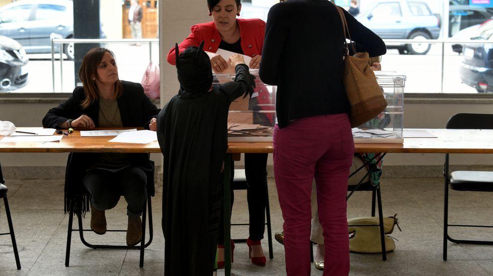 Un pequeño Batman ayuda a votar a su madre