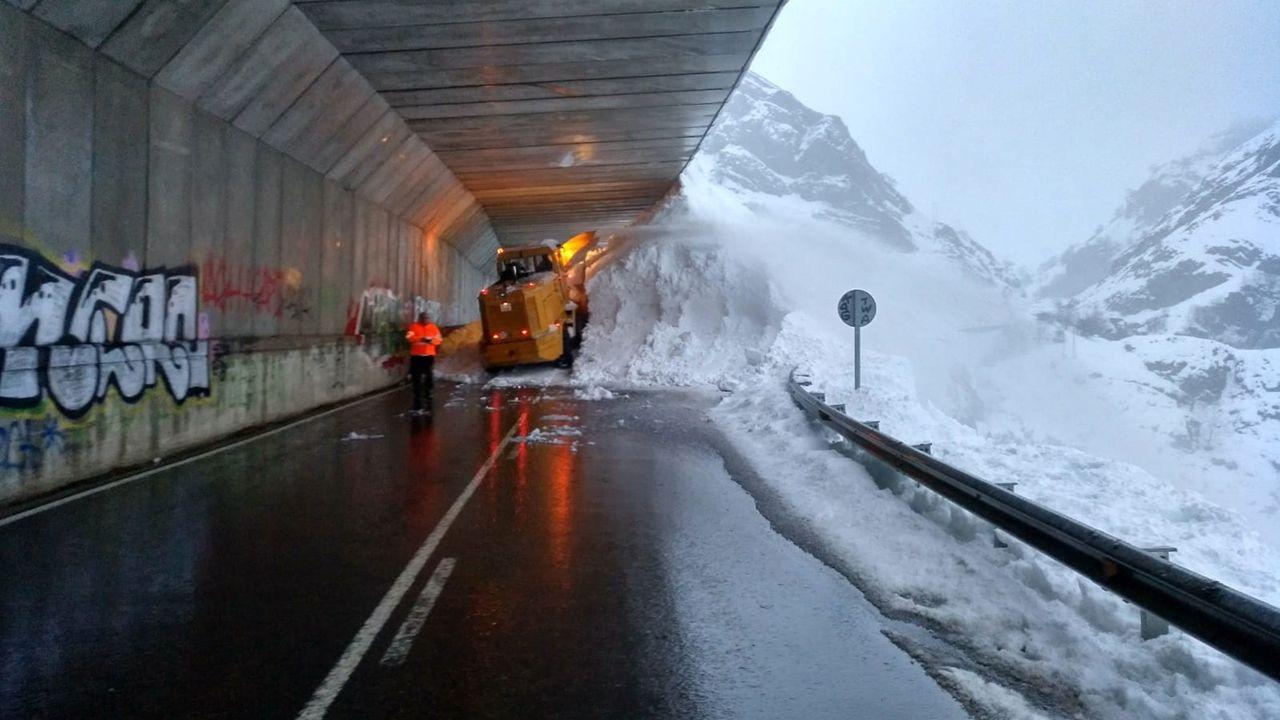 Carretera cortada por la nieve en San Isidro.O Cebreiro es actualmente el lugar que más visitantes recibe atraídos por la nieve