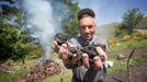 Bernucho es de las pocas personas que continúa haciendo carbón vegetal a partir de raíces de uz