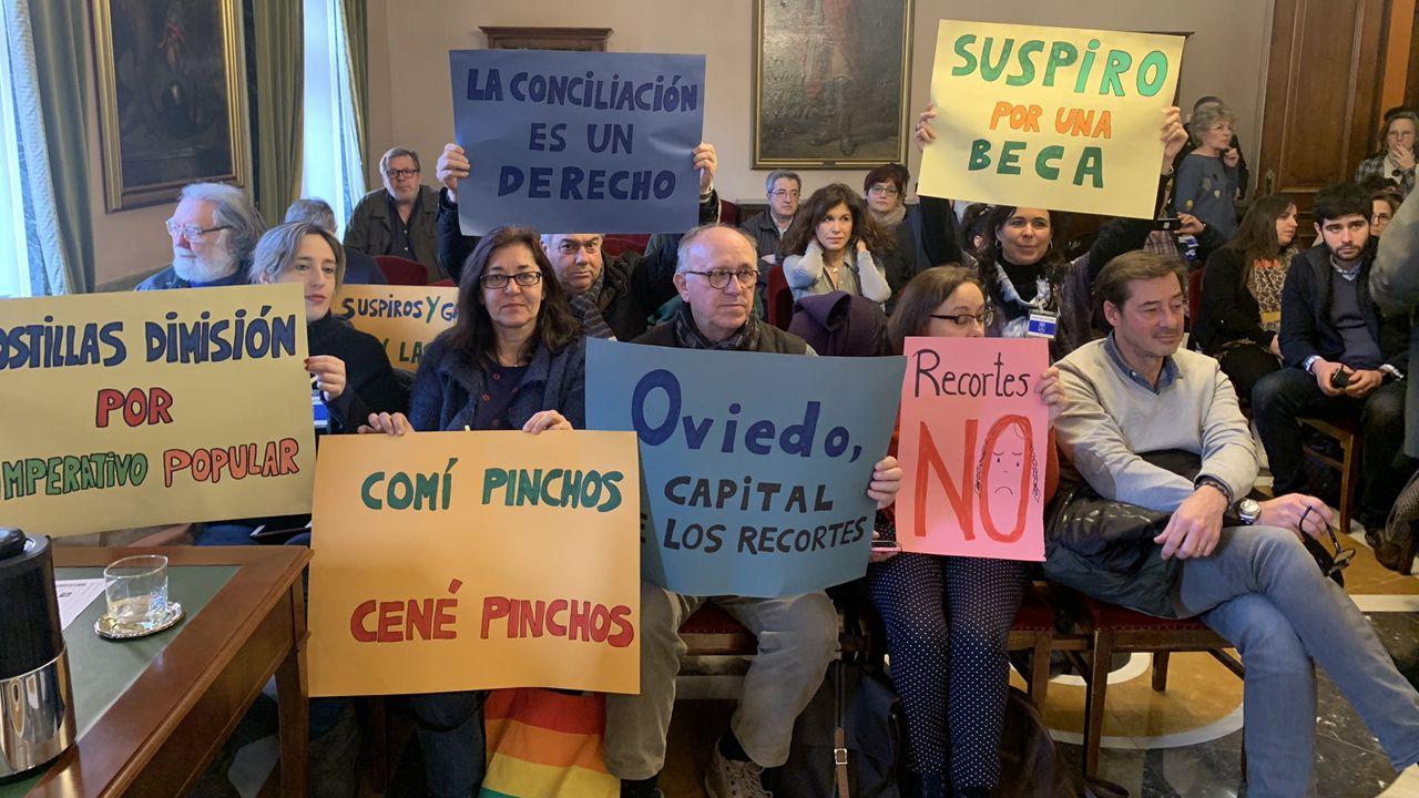 Asociaciones de padres y madres protestas en el pleno de Oviedo contra el recorte en becas escoalres