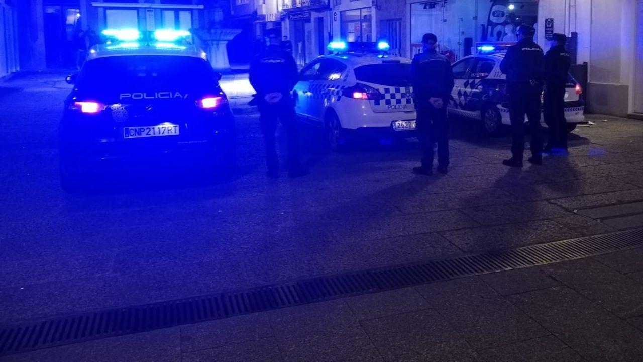 Policía Nacional y Policía Local de Viveiro en una de las operaciones conjuntas que periódicamente realizan en zonas de la movida nocturna de Viveiro