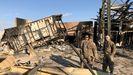 Soldados estadounidenses inspeccionan el lugar donde impactaron los misiles iraníes en la base de Ain al Asad