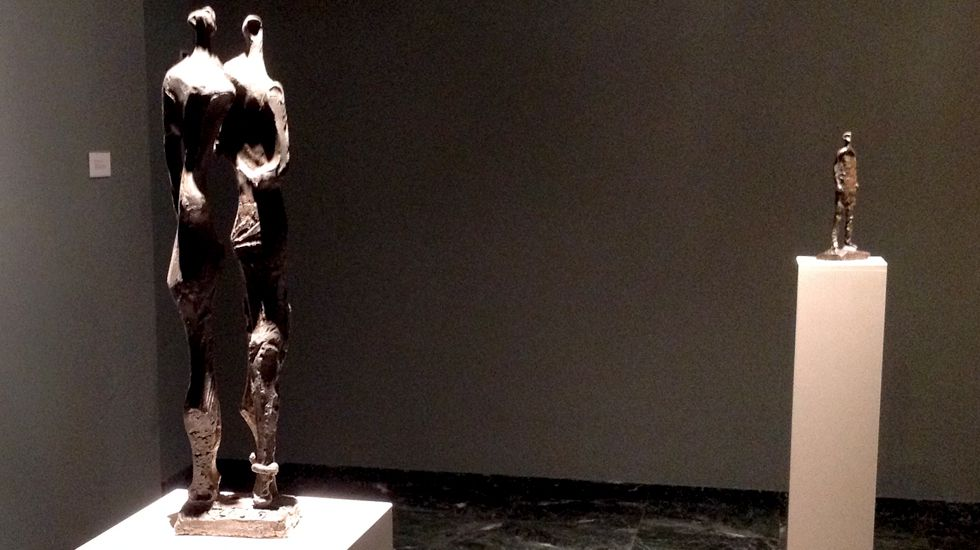 Una vista de la exposición de Oteiza, con «Adán y Eva» en primer plano
