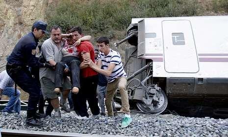 Denuncian que el Gobierno quiere «enterrar» el accidente.Rescate de una de las víctimas tras el descarrilamiento del Alvia el pasado 24 de julio.