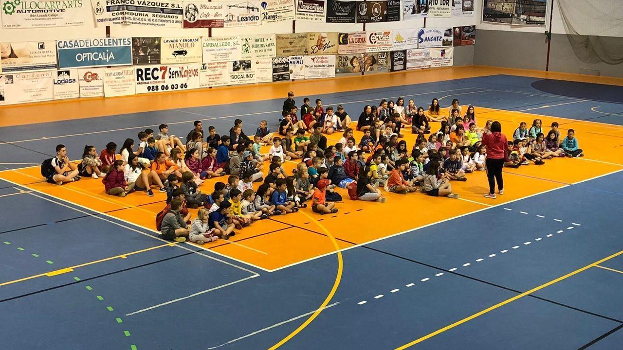 Participantes en el campamento de verano del 2019 en el pabellón deportivo municipal de A Pinguela