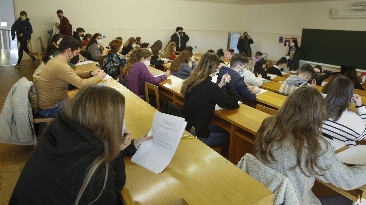Alumnos examinándose en la Facultade de Xornalismo de la USC este lunes