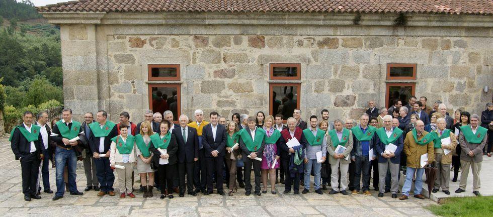 O conselleiro de Cultura, no centro, cos participantes do encontro na rectoral de Santo André.