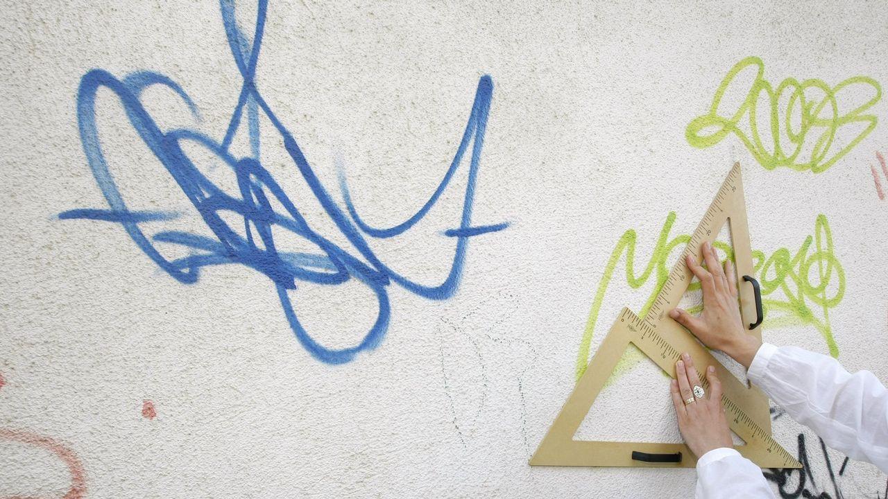 Una experta calígrafa analiza un grafiti en Lugo