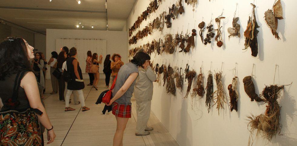 Las tropas de la OTAN descansan en Vigo.Arriba, la muestra de joyas en el Archivo Provincial. En el medio, la performance que abrió la exposición de arte contemporáneo en el Museo. Y sobre estas líneas, la muestra de cómic en la Casa da Luz.