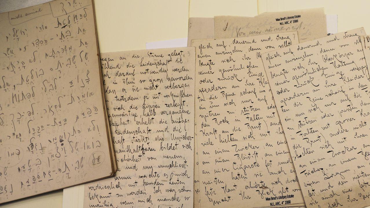A la izquierda, una muestra de los escritos de Kafka en hebreo, junto a otras hojas redactadas en alemán