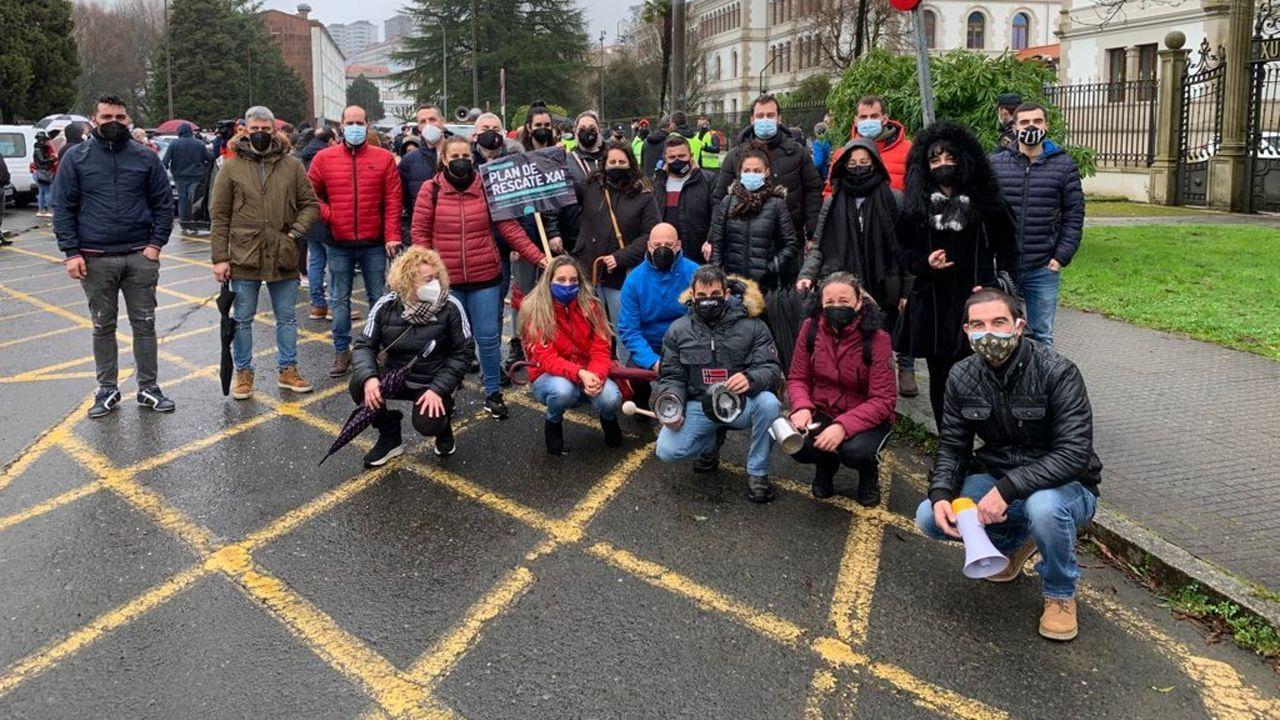 Hosteleros barbanzanos participaron este viernes en la protesta realizada en Santiago