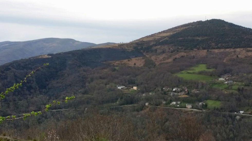 El fuego afectó a una zona de monte situada entre Piñeira (en la foto) y Meiraos