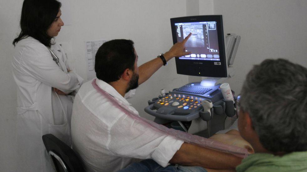 Un médico de un centro de salud emplea un ecógrafo con una paciente, en una fotografía de archivo