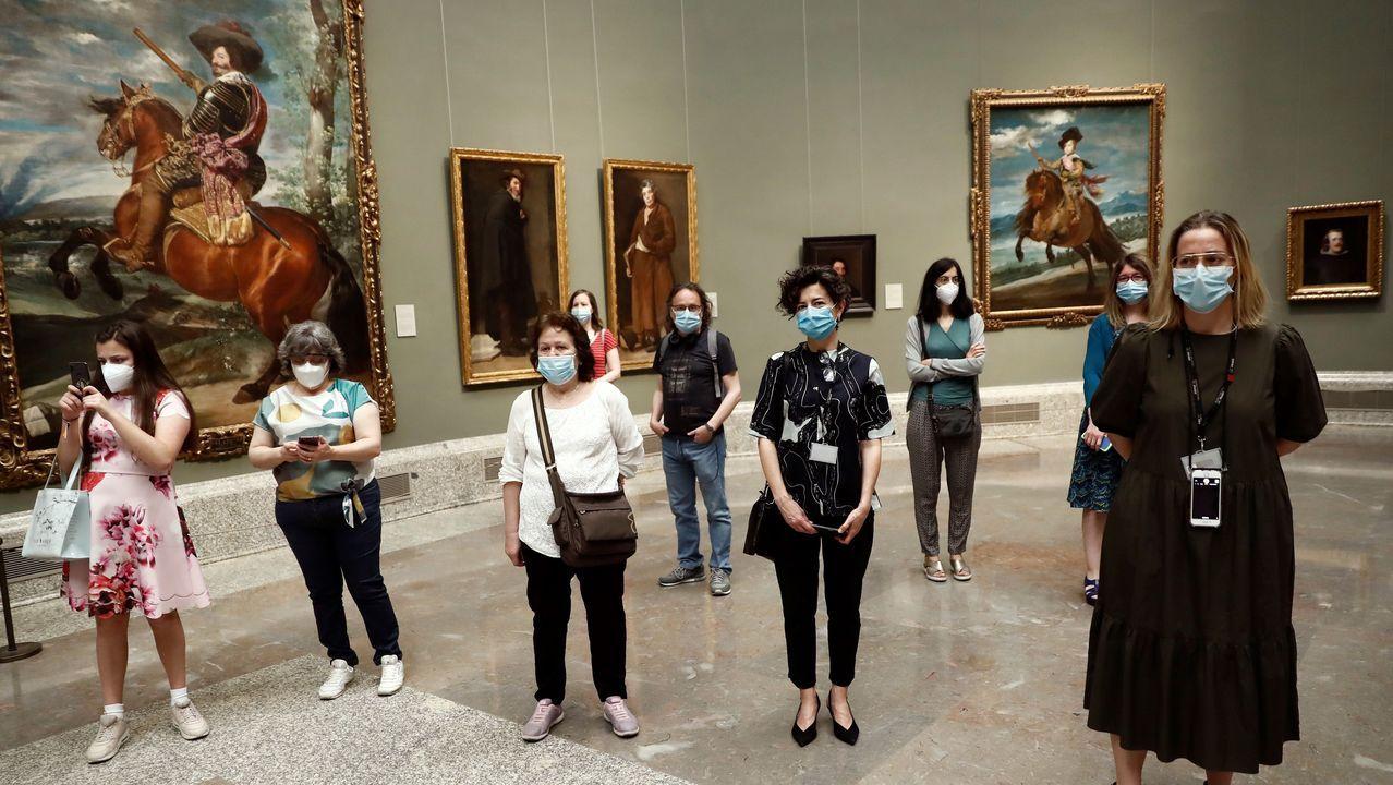 Varias personas en la reapertura del Museo del Prado en Madrid