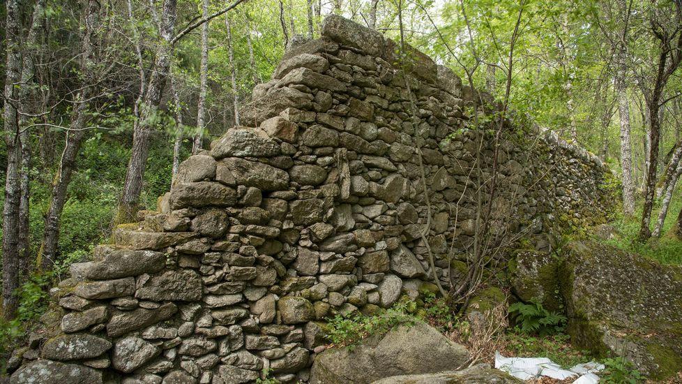 Restos de un acueducto construido sobre un muro elevado para llevar el agua del arroyo a los molinos