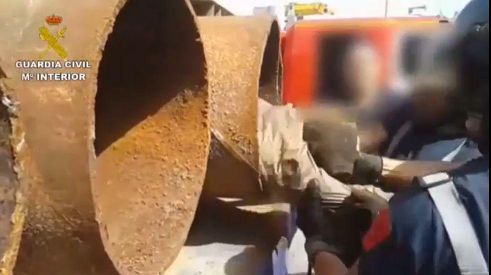 Rescatan a un inmigrante oculto en un tubo de hierro de 40 centímetros de ancho