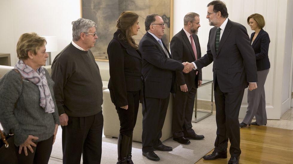 Rajoy buscará una reparac «jurídica y moral» para las víctimas del Yak-42. Mariano Rajoy y Cospedal saludando, en enero, a los representantes de la Asociación de Víctimas del Yak-42