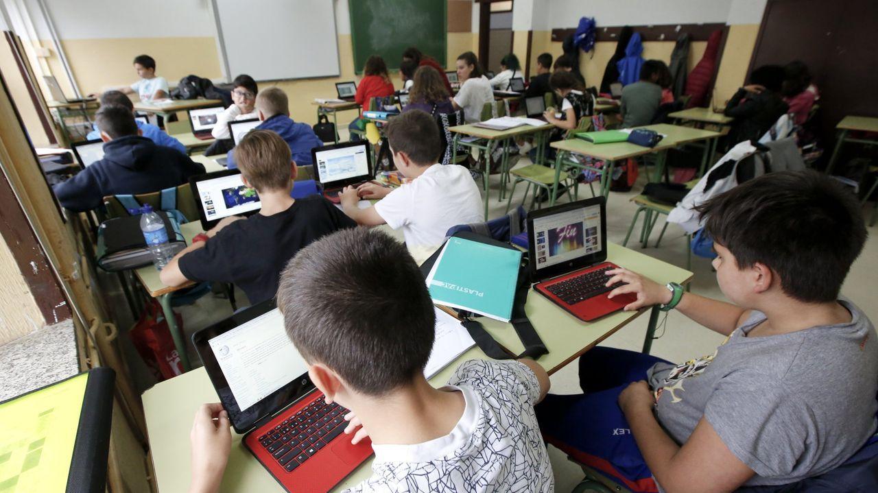 Imagen de archivo de escolares gallegos con material informático