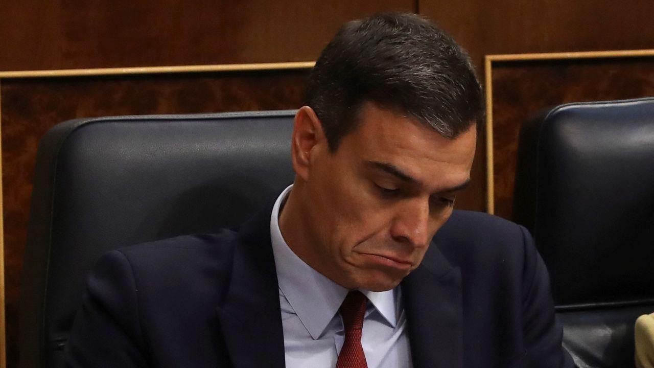 El candidato socialista, Pedro Sánchez, siguiendo desde su escaño la intervención de Pablo Casado.