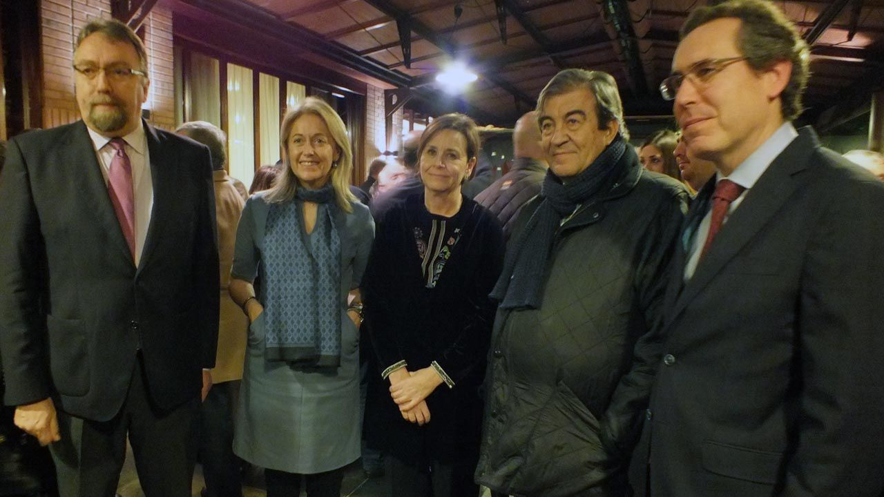 Un ejemplar de lobo.Isidro Martínez Oblanca, Cristina Coto, Carmen Moriyón, Francisco Álvarez-Cascos y Fernando Couto