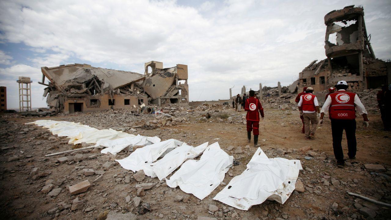 Miembros de la Cruz Roja hacen recuento de los cadáveres tras el ataque a la cárcel de prisioneros de guerra en Yemen