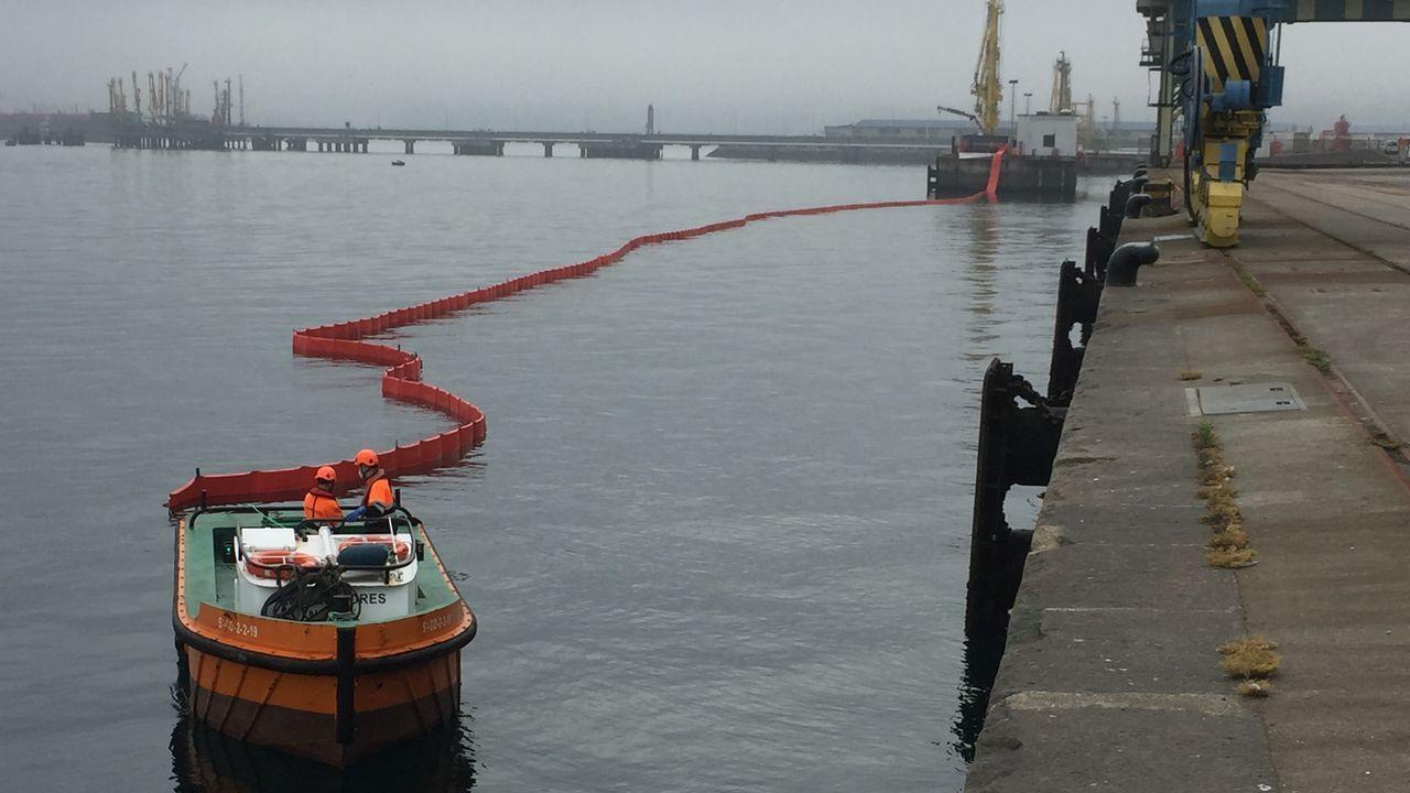 Simulacro para observar el funcionamiento de los equipos de seguridad en la terminal marítima de Repsol