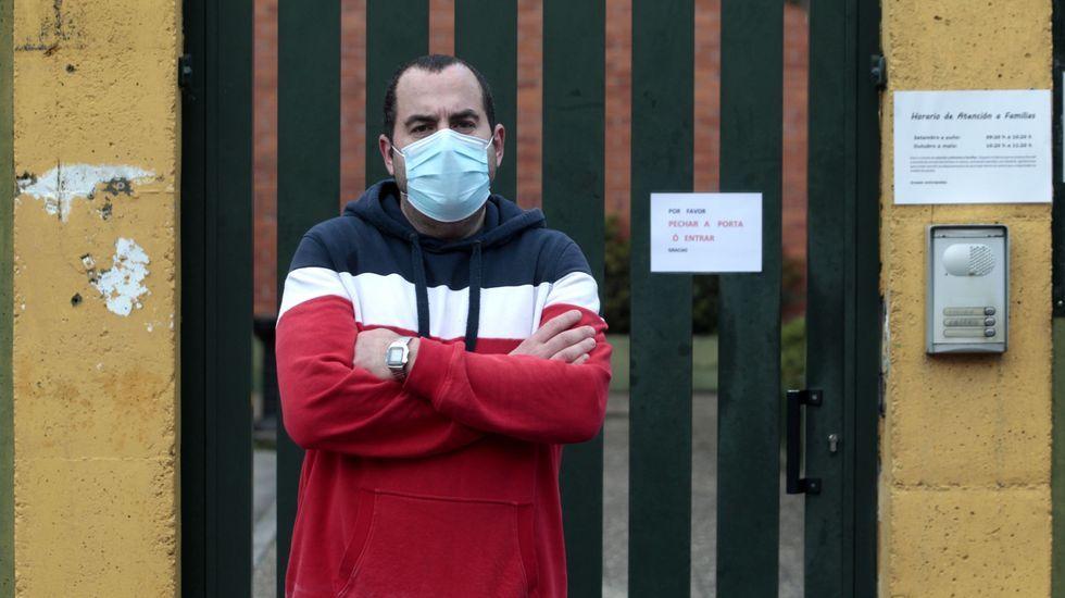 José Vicente Fernández, frente al colegio de su hija en Monforte