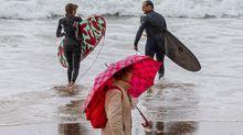 Varias personas en la playa de San Lorenzo de Gijón