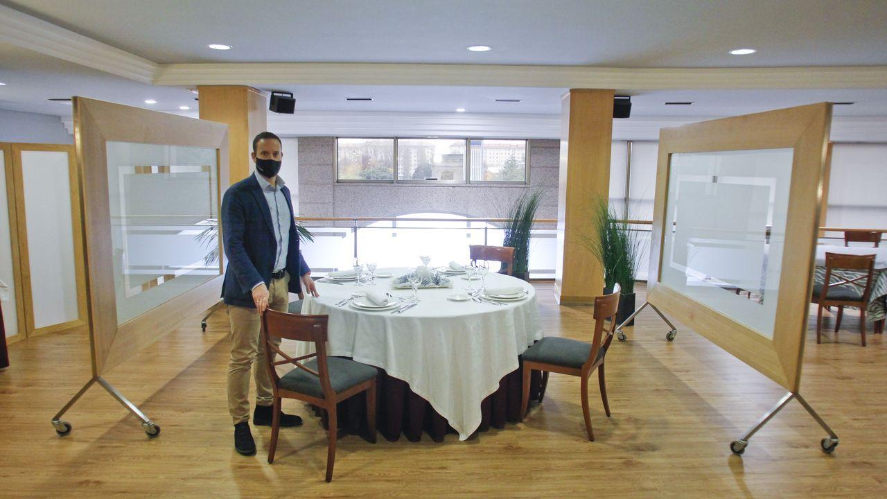 Gonzalo Jiménez, del Gran Hotel Ferrol, en uno de los reservados preparados para la comida de Navidad y la cena de Nochevieja
