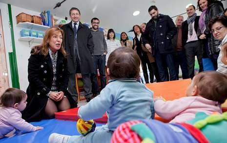 La conselleira no dudó en pararse a hablar y jugar con los niños en su visita a la guardería de Dodro.
