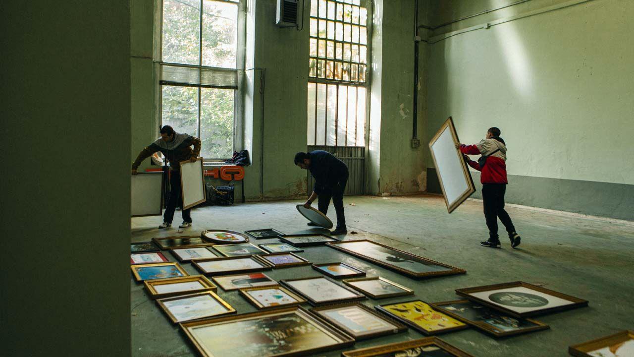 Selección de los cuadros que formarán parte de la Galería Fascinarte, en el almacén de la Fábrica de la Vega