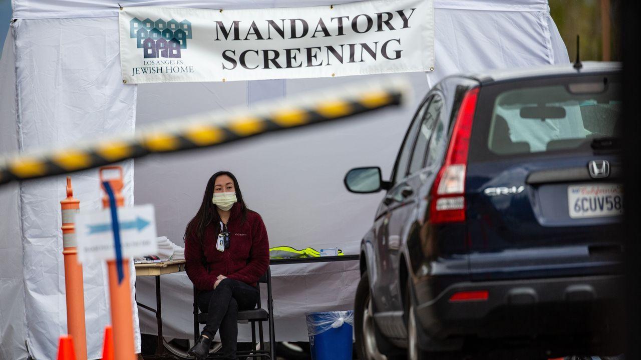 Una trabajadora se protege con una mascarilla en Reseda, California