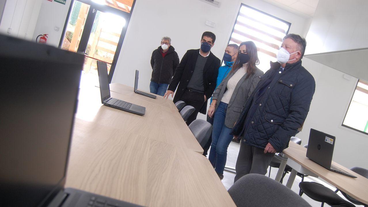 Inés Santé (primera por la derecha) conoció el centro que creará la asociación impulsada por Laxe (segundo por la derecha)