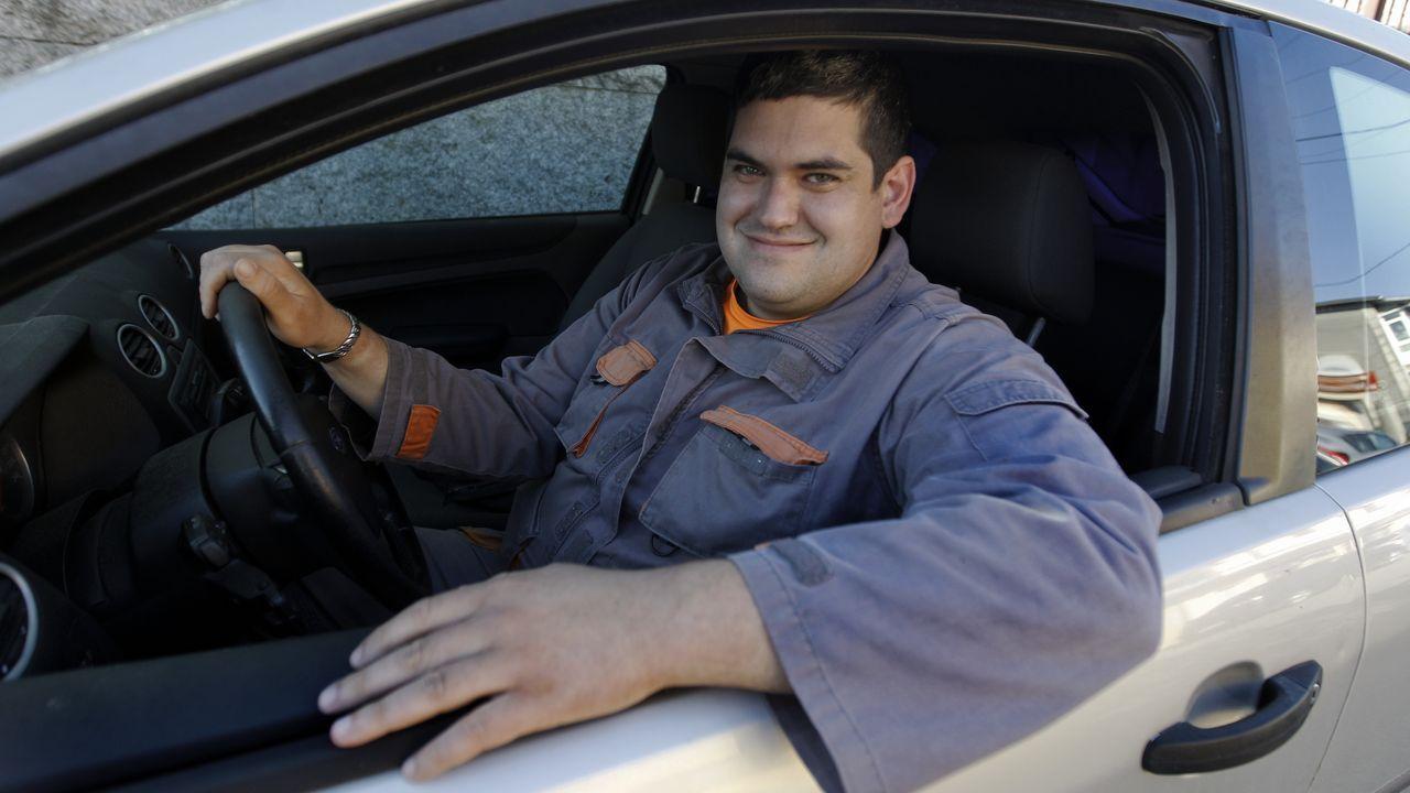 Diego, desde que trabaja se ha sacado el carnet de conducir y se ha comprado el coche en el que posa para la foto