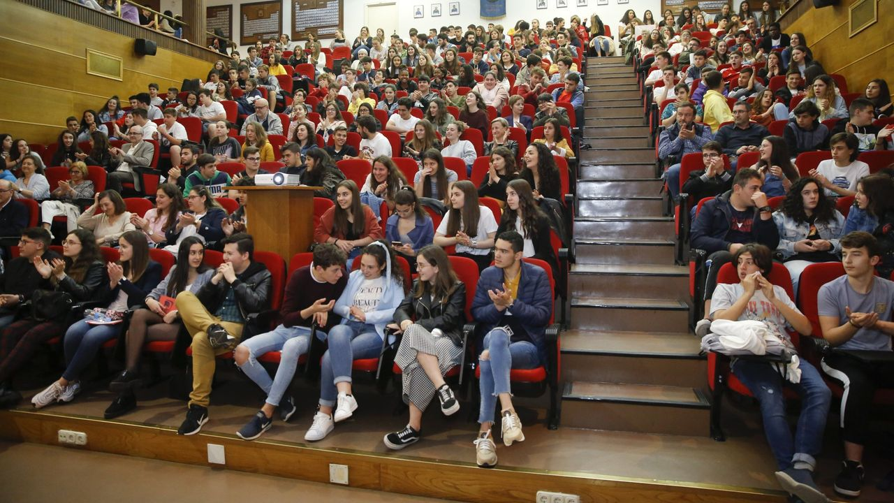 El profesorado del CPR Atocha Betanzos anima al alumnado.Aula vacía