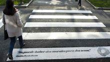 Sus mensajes por el 8M. Las citas de la escritora coruñesa, y pionera feminista, salpican desde hace unos días distintos pasos de cebra de la ciudad, como este, en la plaza de Mina