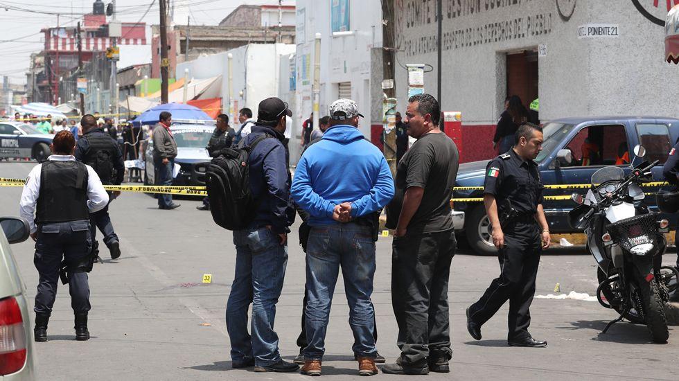 Tiroteo tras un intento de asalto a una sede del PRI.El nuevo líder del PRI (izquierda) abraza al candidato del partido