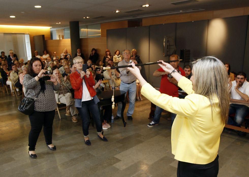 La alcaldesa, María Loureiro, y la edila de Cultura, Lara F. Fernández-Noriega, realizaron el primer «photocall» en la biblioteca.