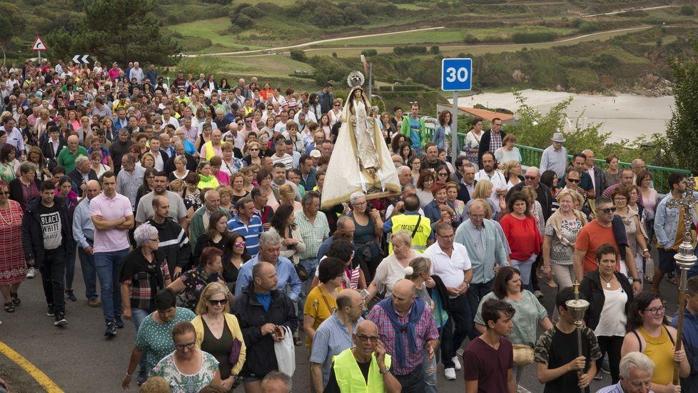 Subida en procesión hacia el santuario de la Virxe dos Milagros de Caión: ¡las imágenes!
