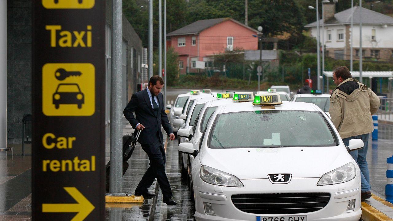 arteixo.Imagen de archivo de la parada de taxis de Alvedro, afectada por la reducción de actividad del aeropuerto