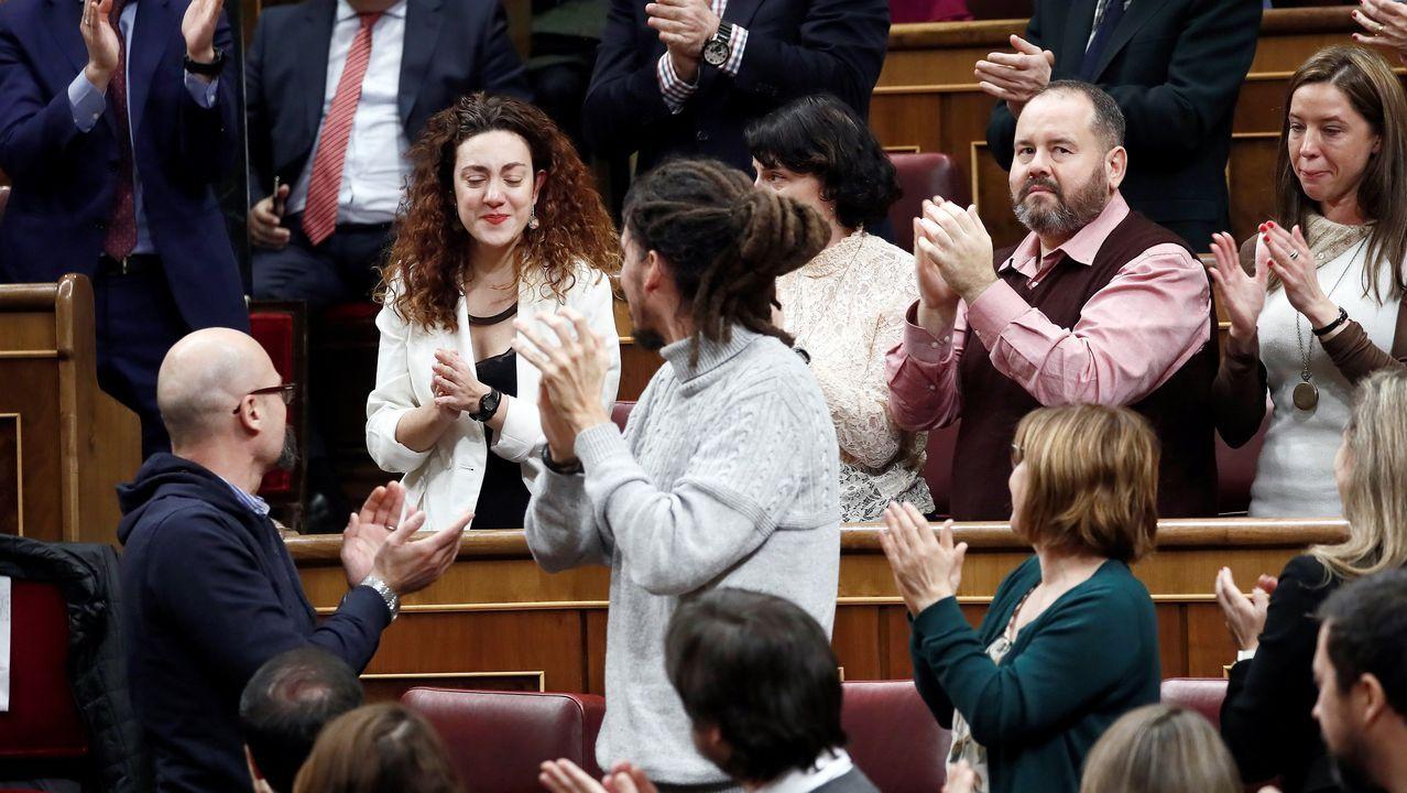 Emotiva entrega de un ramo de flores a la diputada con cáncer Aina Vidal.De izquierda a derecha, Joan Balldoví (Compromís), Gabriel Rufián (ERC), Néstor Rego (BNG), Aitor Esteban (PNV), Tomás Guitarte (Teruel Existe) y Pedro Quevedo (Nueva Canarias)