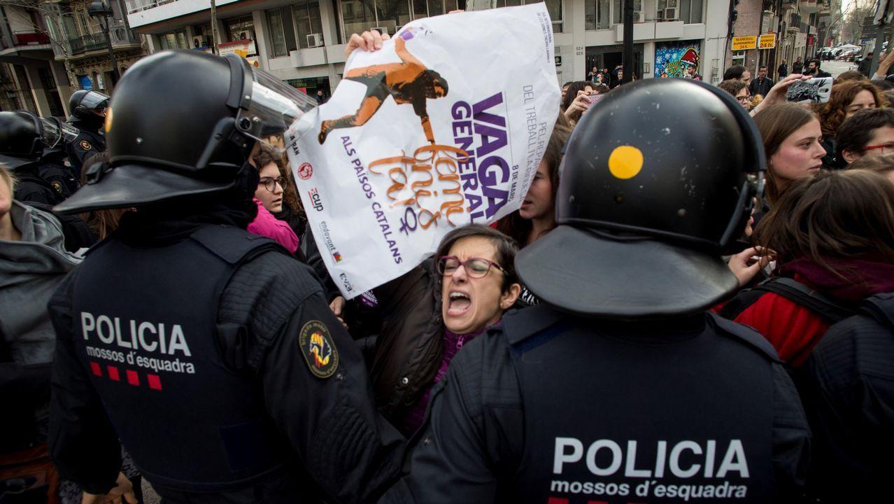Efectivos de los Mossos d'Esquadra desalojan a un grupo de mujeres que cortaban la Gran Via de Barcelona