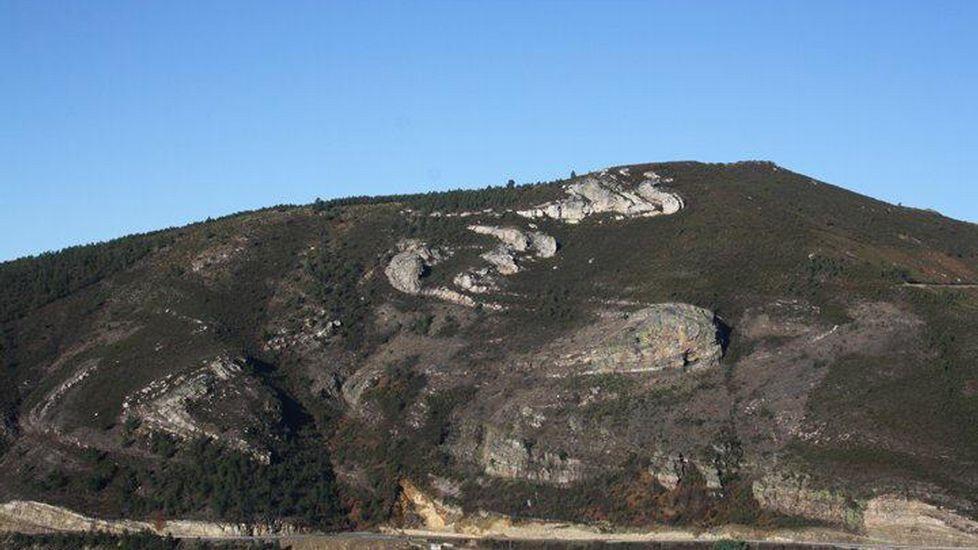 Por encima de la carretera de Quiroga a Folgoso también aflora una parte del plegamiento, aunque este paraje no forma parte de la zona declarada monumento forestal por la Xunta