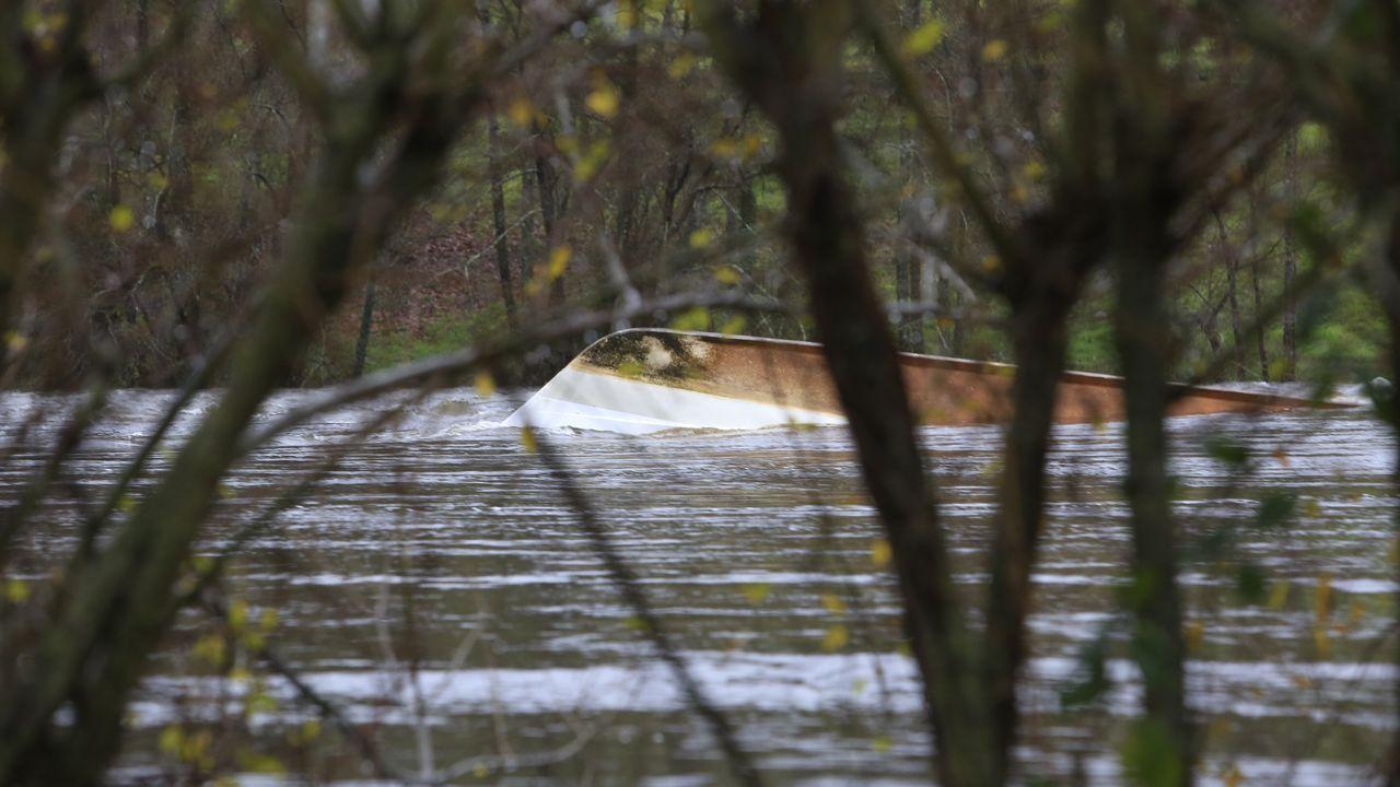 El catamarán que la Diputación tenía ammarrado en Los Robles, acaba hundido y arrastrado por la corriente hasta la presa de la Fábrica da Luz