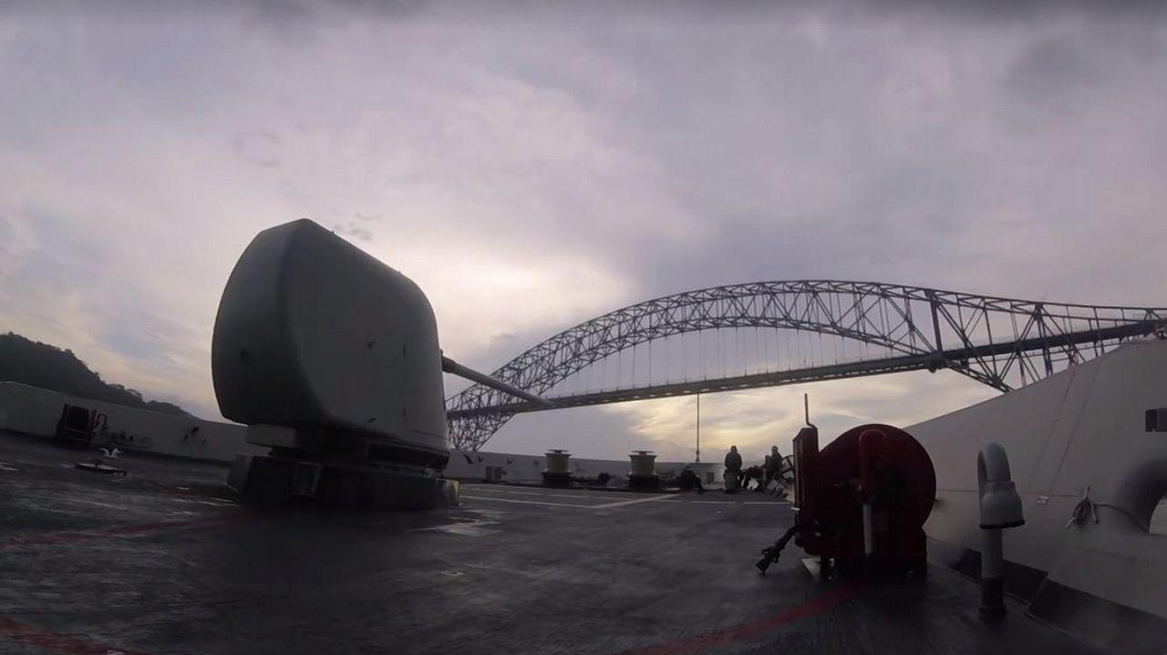 La «Cristóbal Colón» cruza el canal de Panamá en su vuelta al mundo.Los palistas toman el Sella en la salida del Descenso Internacional