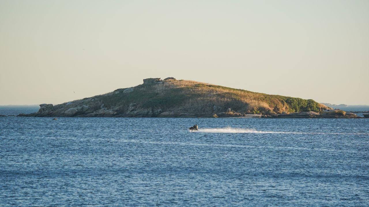 A Benza. En el litoral boirense, cerca de la playa de Carragueiros, está la isla de A Benza. Su gran puntal lo constituyen los fondos marinos, que son escenario de campeonatos de fotografía submarina.