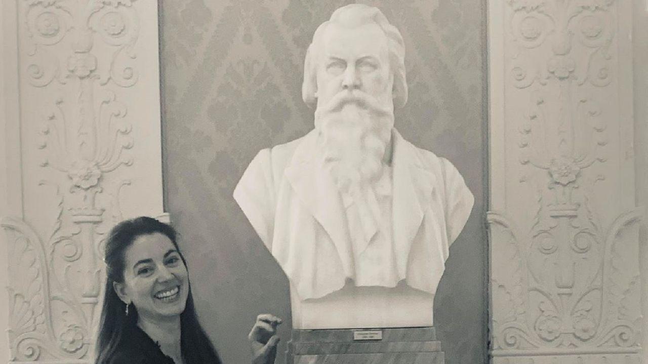 Tamara Lorenzo, junto a la estatua del compositor Johannes Brahms, en Meiningen