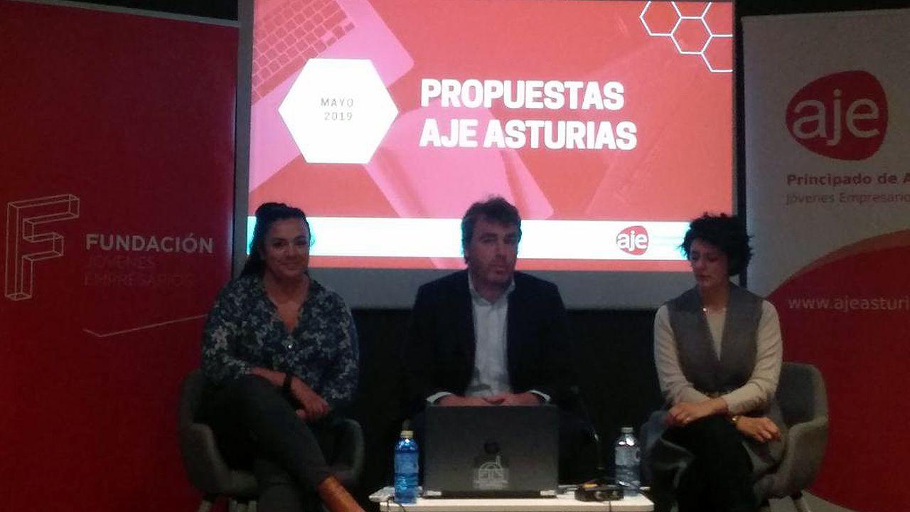 Nacho Calviño, presidente de la Asociación de Jóvenes Empresarios (AJE) Asturias, en el centro