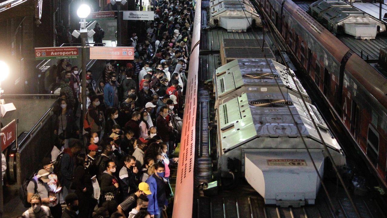 A pesar de la situación, la gente, con mascarilla, se agolpa en la estación de tren de Sao Paulo